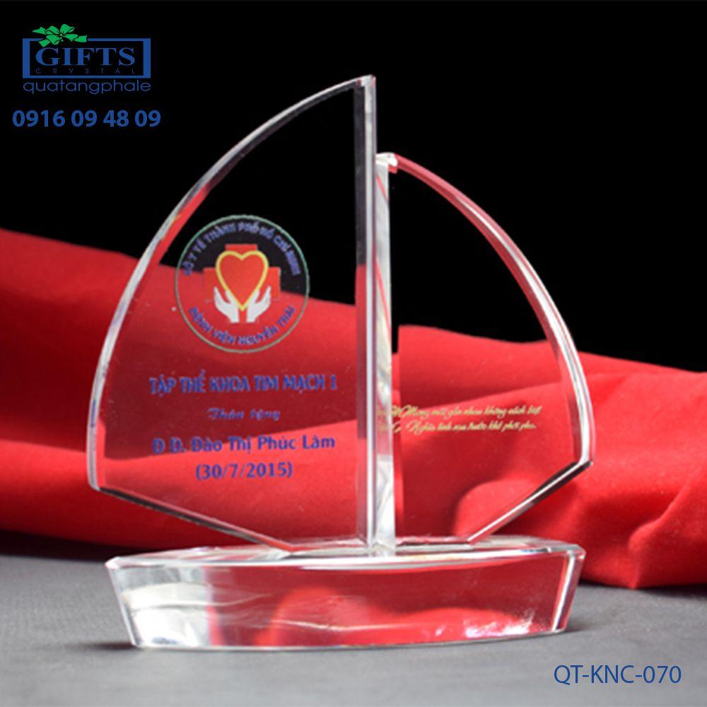 Kỷ niệm chương pha lê QT-KNC-070