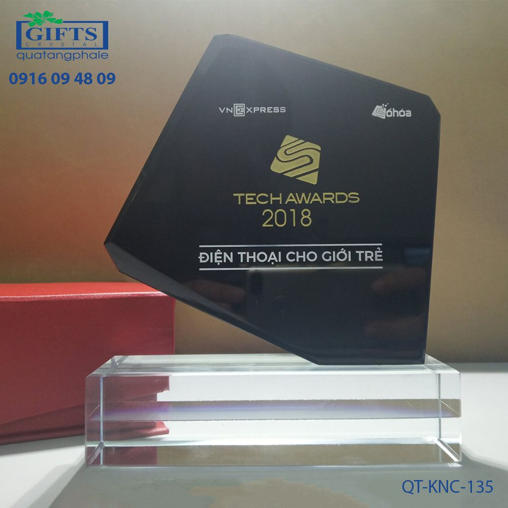 Kỷ niệm chương pha lê QT-KNC-135